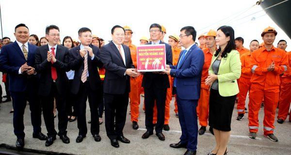 Chủ tịch UBQLVNN tại Doanh nghiệp Nguyễn Hoàng Anh thăm và chúc tết CBCNV Cảng Hải Phòng