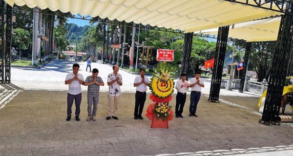 Dâng hương tưởng niệm các anh hùng liệt sỹ tại Nghĩa trang liệt sỹ Quốc tế Việt – Lào